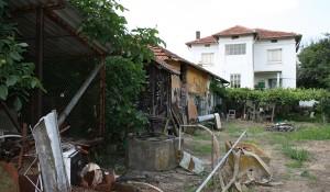 Почистване на отпадъци от стара къща с двор