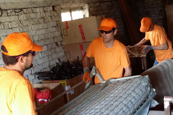 Бригада с кашони за извозване на отпадъци от мазе
