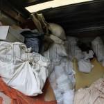 Изхвърляне на отпадъци от мазе с кофи и кашони