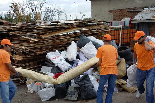 извършва почистване на апартамент от вехтории