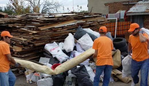 Изхвърляне на отпадъци до сметище за боклук