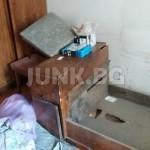 Изхвърля стари мебели от апартамент