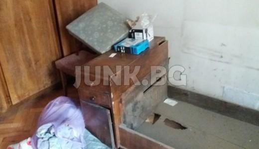 изхвърля стари мебели